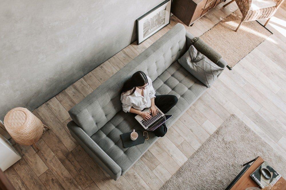 trabajando en solitario en casa